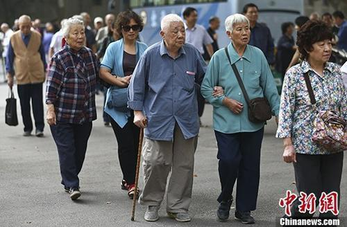 图为南京一所高校的退休教师们参加活动的资料照片。 <a target=&#39;_blank&#39; href=&#39;http://www.chinanews.com/&#39;>中新社</a>记者 泱波 摄