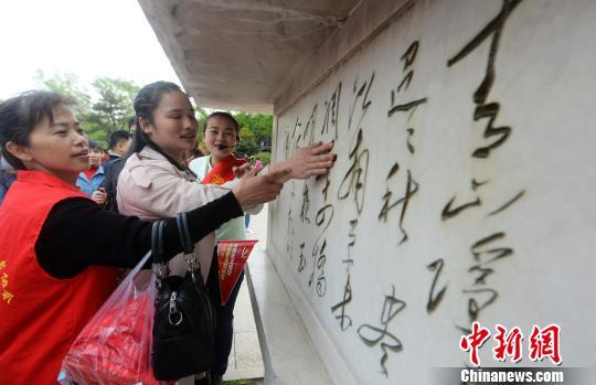 60位盲人烟花三月下扬州触摸春天感受温暖