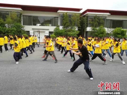 4月11日,泰国80余位华裔青少年学习道家武术,体验中国武术魅力。 仲磊 摄