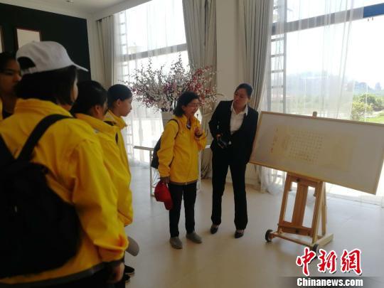 4月10日,华裔青少年在鹰潭龙虎山华泉小村学习中国当代画。 苏路程 摄
