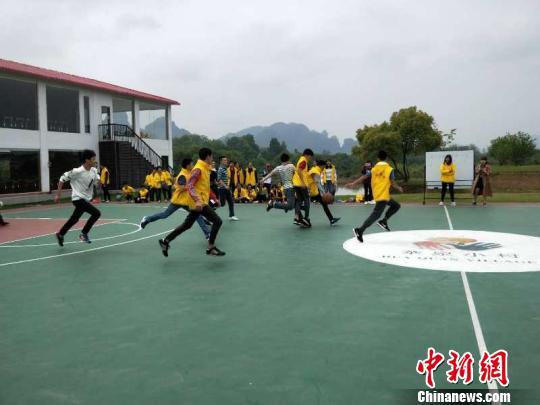 4月15日,华裔青少年与龙虎山中学学生打篮球赛。 仲磊 摄