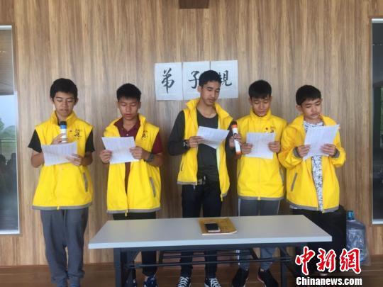 """4月15日,泰国华裔青少年在鹰潭华泉小村""""艺文教育基地""""学习弟子规。 仲磊 摄"""