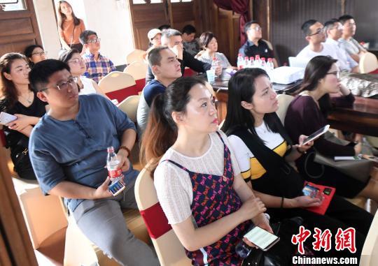 推介会现场吸引青年人前来聆听、咨询。 记者刘可耕 摄
