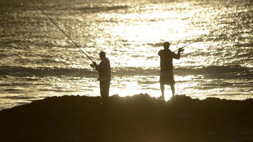 中国侨网新南威尔士州政府正呼吁各海岸的市议会实行自愿法例,向没穿救生衣的矶钓者罚款。(澳大利亚《星岛日报》)