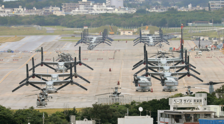 美军鱼鹰运输机停靠在日本基地