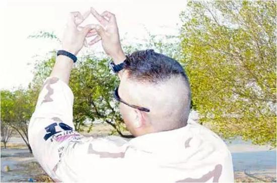 ▲一名驻德美军士兵做出黑帮手势。