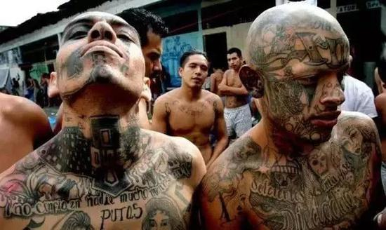 ▲美国黑帮分子身上的各种纹身