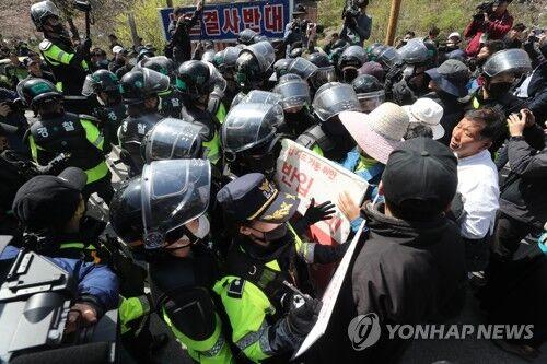 韩媒:韩国防部预计23日将施工建材运入萨德基地