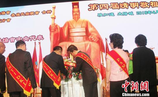中国驻印尼大使馆领事部参赞祝笛(右三)、印华百家姓协会总主席林万金(右四)在黄帝像前敬献花篮。 林永传 摄