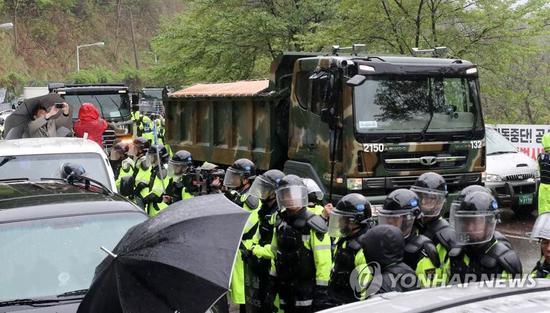 """韩国军方卡车进入""""萨德""""基地(图片来源:韩联社)"""