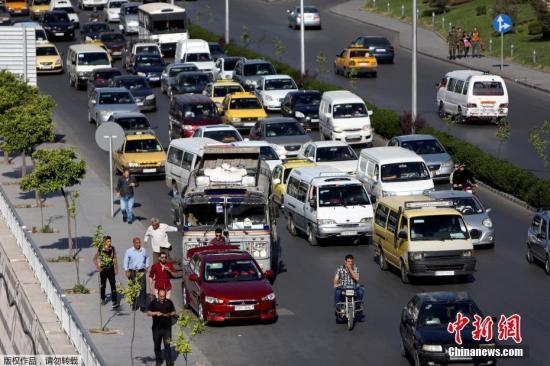 当地时间2018-07-22,叙利亚大马士革公路上的车辆来往,在遭美英法联军空袭后,大马恢复平静。当地时间14日凌晨,美国等国对叙首都大马士革发起军事行动。