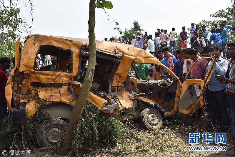 印度校车与火车相撞 13名儿童死亡8人受重伤