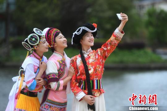 图为游客正在拍摄笑脸。 陈超 摄