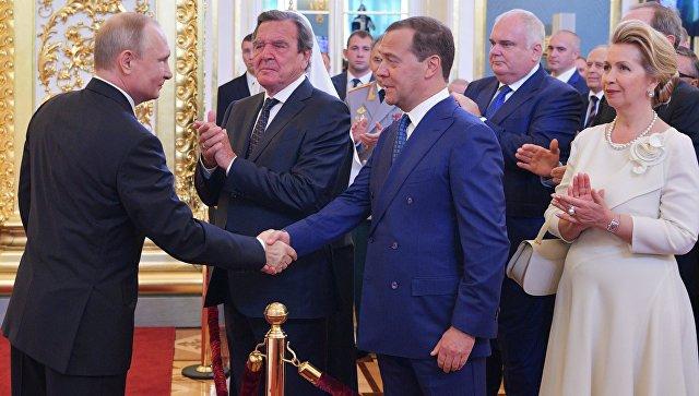 普京与梅德韦杰夫握手