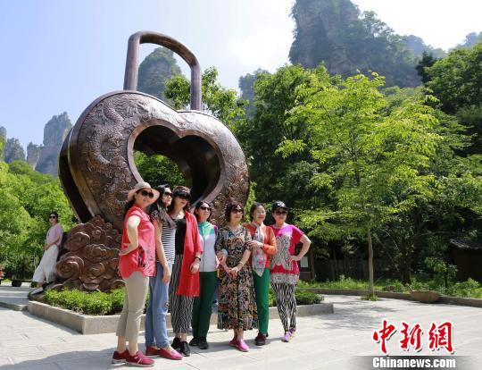 巨型铜铸同心锁亮相张家界国家森林公园