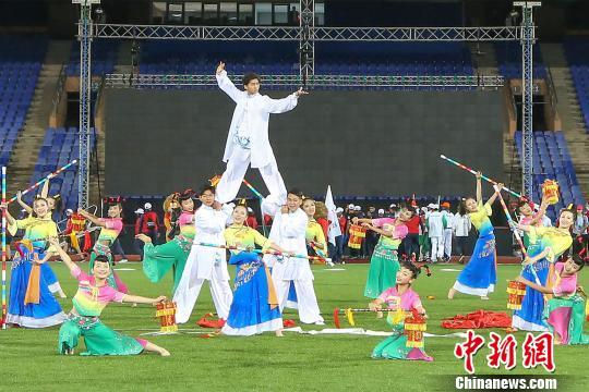 """在摩洛哥马拉喀什体育馆举行的第17届世界中学生运动会闭幕式上,由晋江带来的""""在一起,更出彩""""文艺演出尽显闽南风。 钟欣 摄"""