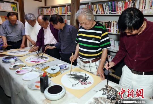 参展老艺术家们举行笔会。 记者刘可耕 摄