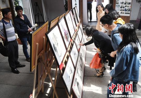 福州老艺术家义卖助学书画作品展吸引民众观展。 记者刘可耕 摄