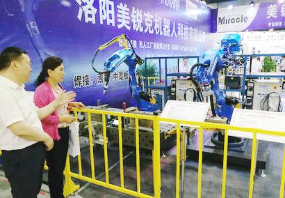 洛阳美锐克机器人科技有限公司总经理刘继鹏在现场讲解美锐克机器人产品20180511215044.jpg
