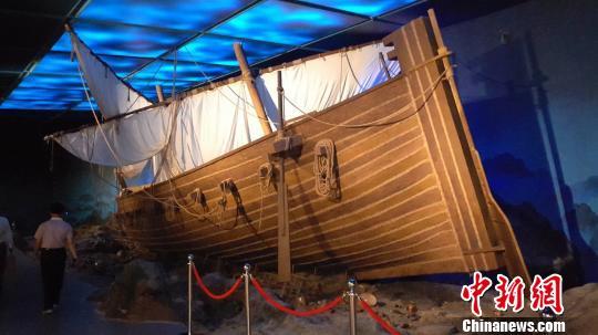 """按原比例还原的""""黑石号""""沉船再现了长沙窑瓷器穿越惊涛骇浪外销远航的历史情景。 王昊昊 摄"""
