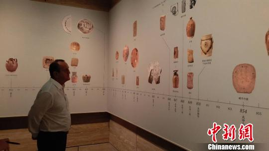 德国收藏家蒂尔曼·沃特法参观博物馆。 王昊昊 摄