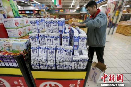 资料图:超市员工在整理商品。 张云 摄