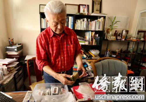 中国侨网刘冰在书房内整理其父刘雅农留下的印章。(美国《侨报》/邱晨 摄)