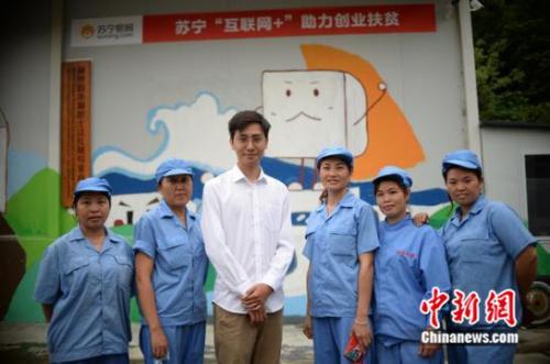 周建仁(中)和他的员工