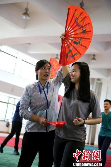 """菲律宾华裔青少年参加""""中国寻根之旅""""春令营烟台营系列活动。 王娇妮 摄"""