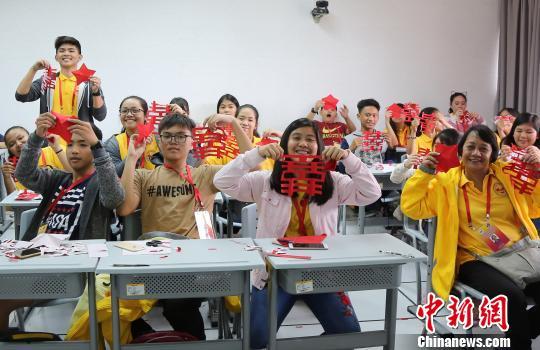 """100多名菲律宾华裔青少年及领队老师在烟台参加为期14天的""""中国寻根之旅""""春令营烟台营系列活动。 王娇妮 摄"""