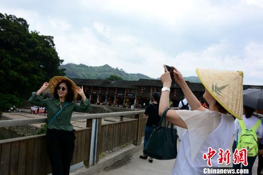南靖土楼云水谣景区吸引众多游客驻足拍照。 张金川 摄