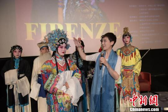 京剧表演艺术家讲解京剧艺术。 供图
