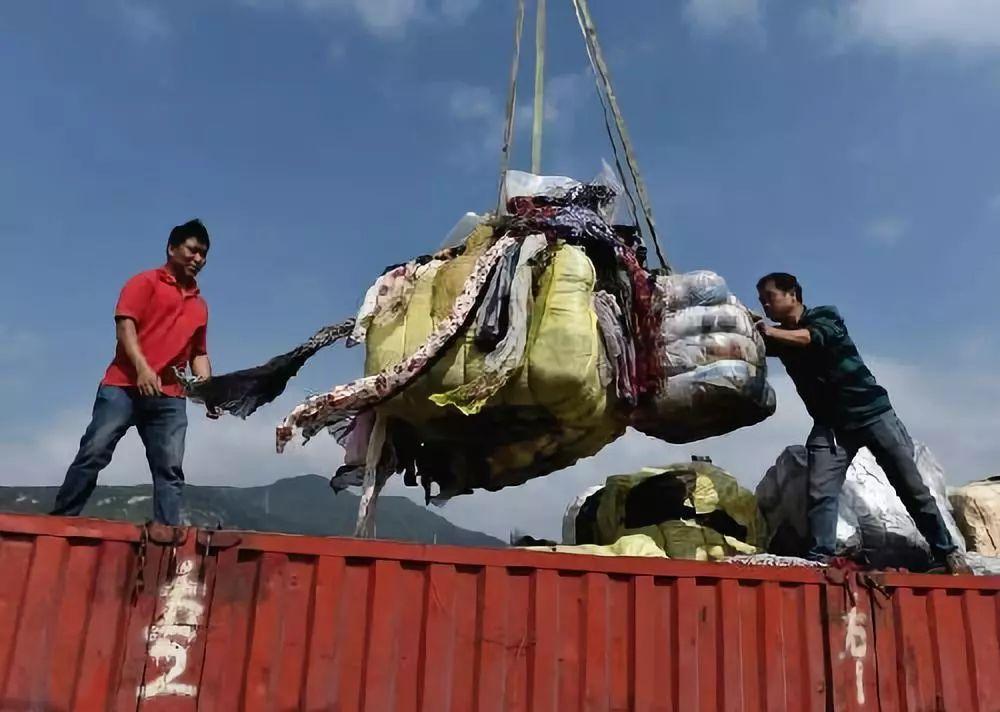 ▲深圳土洋码头工作人员正在搬运和销毁走私废旧衣物。(新华社)