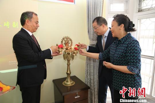 中国文化和旅游部外联局副局长朱琦(中)、中国驻尼泊尔大使馆文化处主任次旦白姆(右)、尼泊尔阿尼哥协会主席塔姆为座谈会点灯祈福。 张晨翼 摄