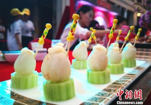 """中国侨网图为""""荔枝宴""""上特色荔枝小吃。 尹海明 摄"""