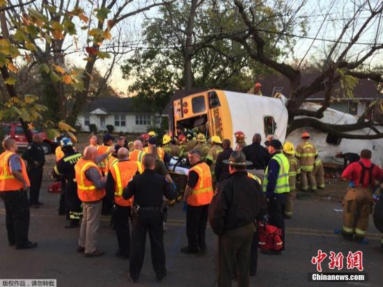 当地时间11月21日,美国田纳西州查塔努加发生校车事故,导致12人死亡。当地警方称,车上一共有35人,另外23人已经被送往医院。