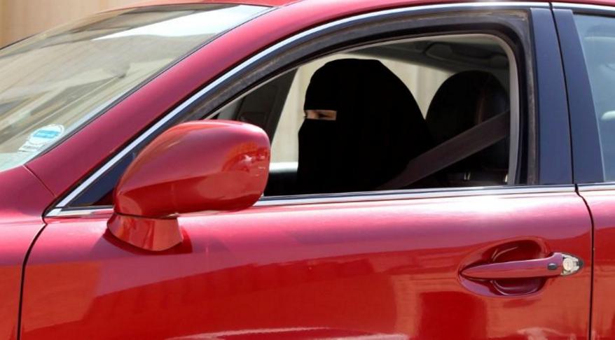 2013年10月22日,一名妇女在沙特阿拉伯利雅得驾驶一辆汽车。