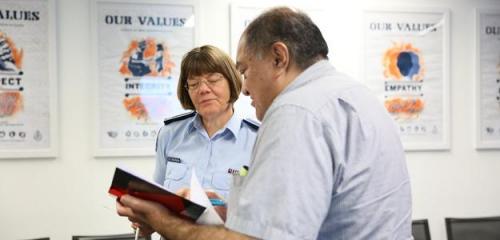奥克兰地区指挥官Karyn Malthus参与课堂讨论(新西兰天维网)