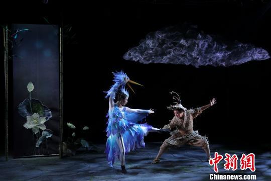 """中国儿艺公益过""""六一""""今年首部新戏《鹬·蚌·鱼》热演"""
