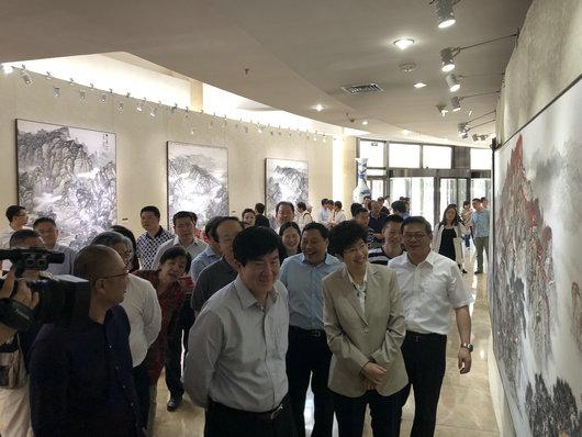 8 徐国雄向中国文联、中国美协领导参观展览。.jpg