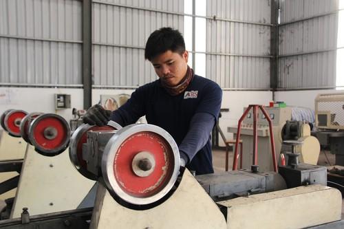 老撾技術工人在開發區內的泰國RS國際焊條公司廠房內工作1.jpg