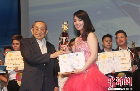 图为雅加达华文教育协调机构辅导委员会总主席郑年锦(左)为成年组一等奖获得者林珊珊颁奖。 林永传 摄