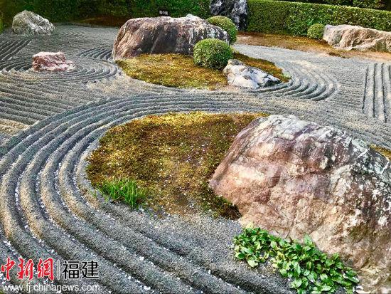 """狩野元信营建的京都妙心寺退蔵院枯山水庭园的""""元信之庭"""",以景石组合及剪枝来表现立体,并用白砂绘曲线作水,极具中国水墨画画风。"""