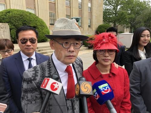 中国侨网周立波和妻子胡洁在庭审结束后开心接受采访。(美国《世界日报》/朱蕾 摄)