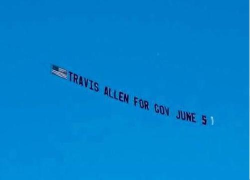 南加部分华裔发起航飞横幅广告,支持州长候选人Trevis Allen初选出线。(美国《侨报》/受访者提供)