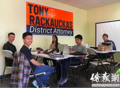 2018年中期选举前,在橙县检察院检察长托尼•瑞考卡斯竞选连任的助选团队中,Howard(前排右)、Sabrina(二排左)、Ryan(二排右)、Alex(三排)等几位华裔少年没有利用长假度假,而是继续积极参与助选工作。(美国《侨报》/章宁 摄)