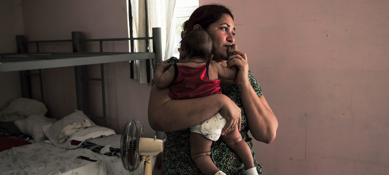一位移民母亲与孩子在庇护所中