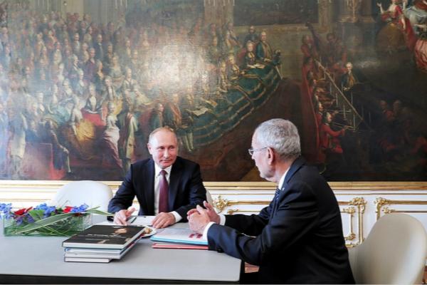 图为俄罗斯总统普京与奥地利总统亚历山大·范德贝伦会面