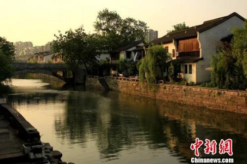 """资料图:杭州市境内的一处""""拱墅运河历史街区""""。(图片来源:<a target=&#39;_blank&#39; href=&#39;http://www.chinanews.com/&#39;>中新社</a>记者 柴燕菲 摄)"""