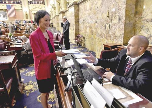 中国侨网戴怡平宣誓首日便就迟迟未能过关的州预算案提出「No Budget, No Pay」法案。(来源:美国《世界日报》 戴怡平提供)